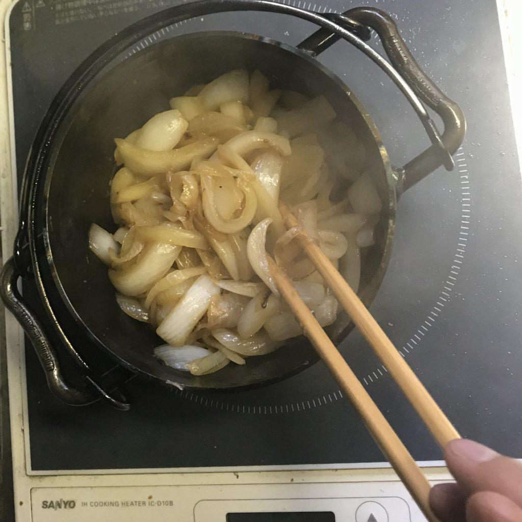 初めての無水カレー 玉ねぎを炒める