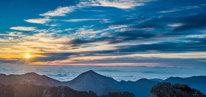 山頂からの朝日の写真