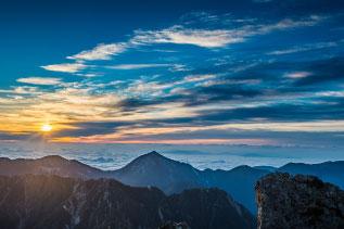 朝焼けの山写真