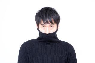 タートルネックを着た男性の写真
