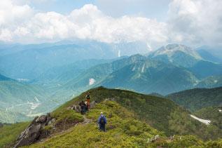 稜線を歩く登山者の写真