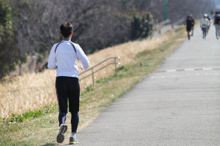 走る人の後ろ姿写真