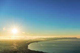 朝日の昇る海の写真