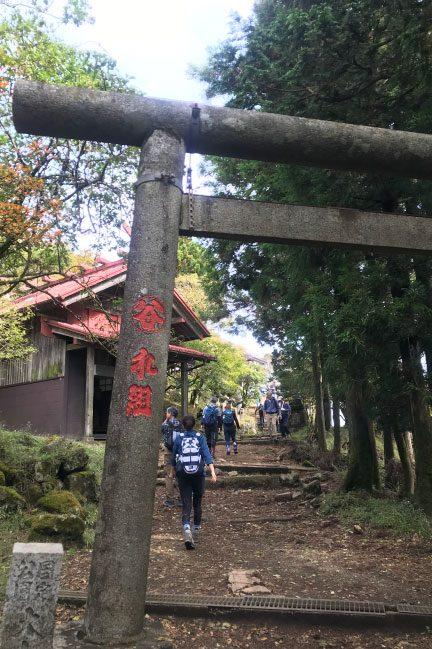 神奈川県丹沢山系大山の山頂鳥居