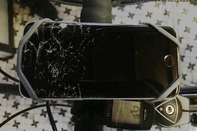 スマホホルダーごと落下し、車に轢かれたiPhoneSE2