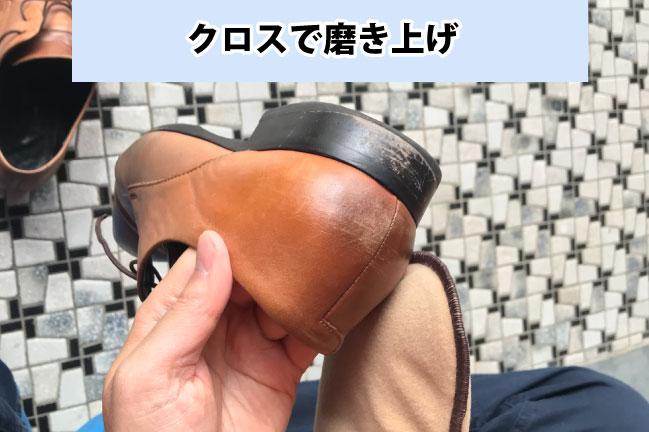 DASCOの靴磨きスターターセットのクロスで磨き上げ