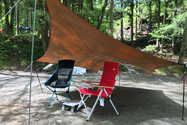 道志の森キャンプ場でタープ設営